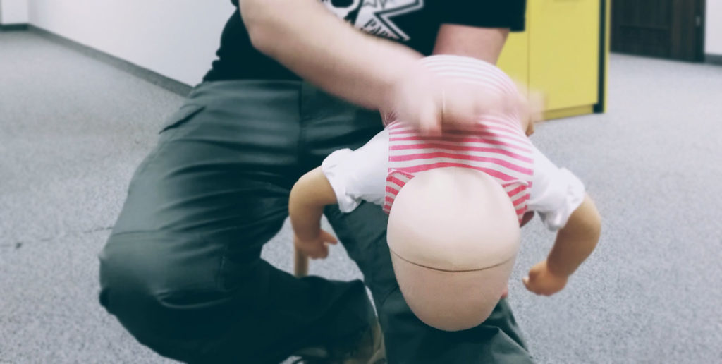 Pierwsza pomoc w zadławieniu niemowlaka