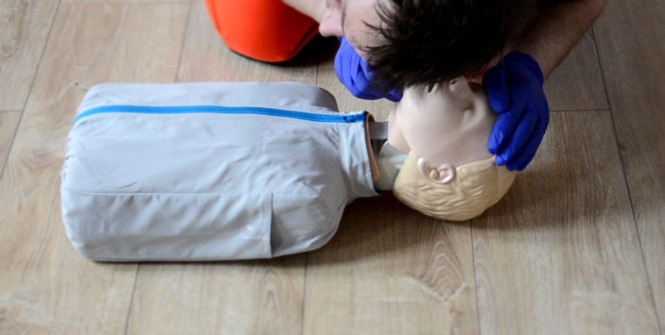 Ocena oddechu dziecka RKO dzieci resuscytacja dziecko pierwsza pomoc dziecko pomoc pediatryczna resuscytacja krążeniowo oddechowa kurs pierwszej pomocy dzieci Wrocław szkolenie z pierwszej pomocy dla rodziców