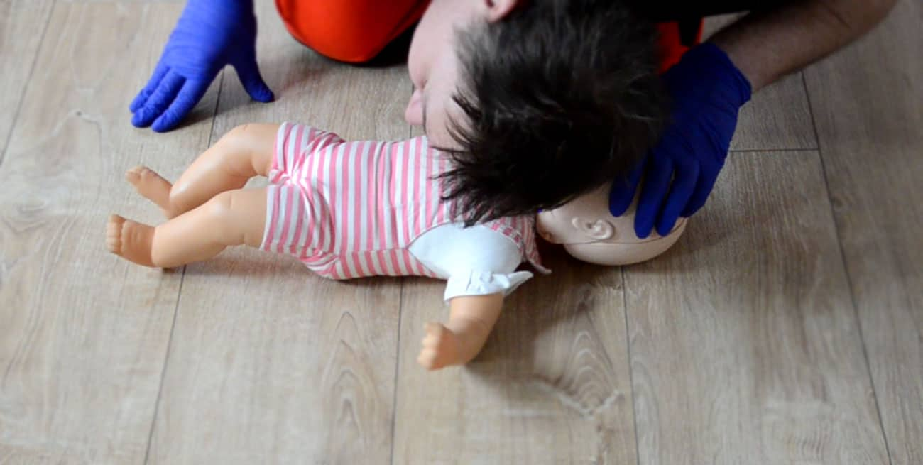 Ocena oddechu dziecka RKO dzieci resuscytacja dziecko pierwsza pomoc dziecko pomoc pediatryczna resuscytacja krążeniowo oddechowa kurs pierwszej pomocy dzieci Wrocław szkolenie z pierwszej pomocy dla rodziców pierwsza pomoc pediatryczna