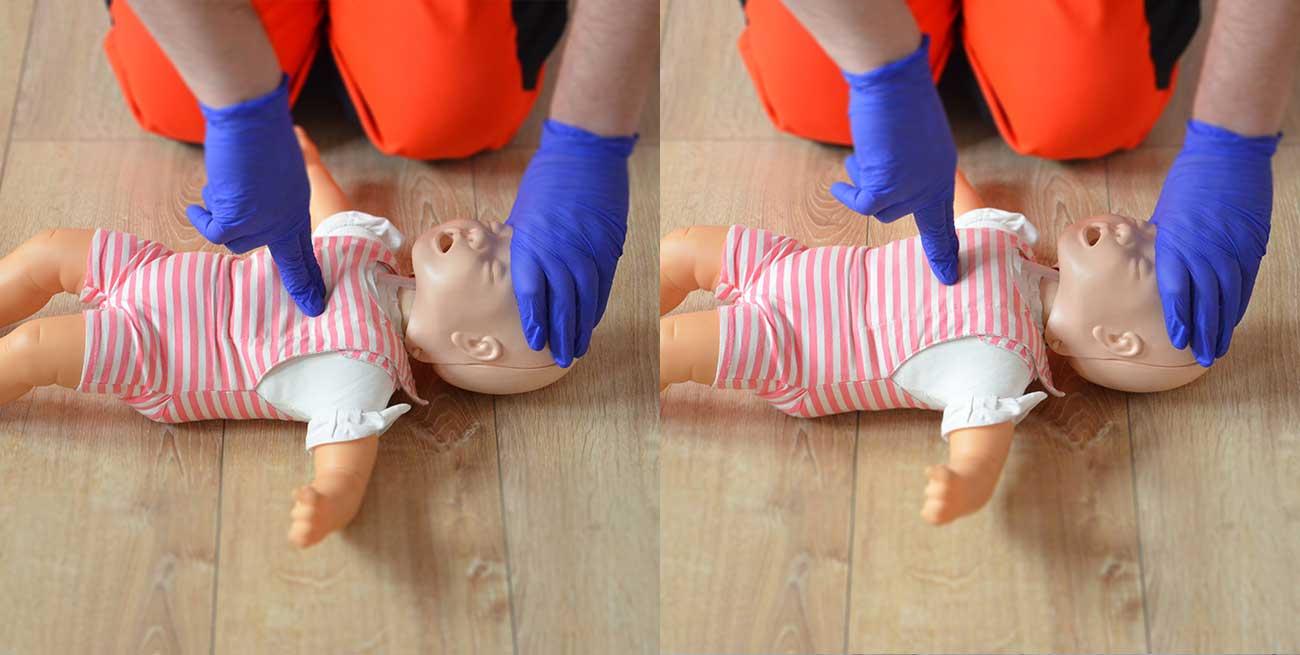 Uciśnięcia klatki piersiowej u dziecka RKO dzieci resuscytacja dziecko pierwsza pomoc dziecko pomoc pediatryczna resuscytacja krążeniowo oddechowa kurs pierwszej pomocy dzieci Wrocław szkolenie z pierwszej pomocy dla rodziców pierwsza pomoc pediatryczna