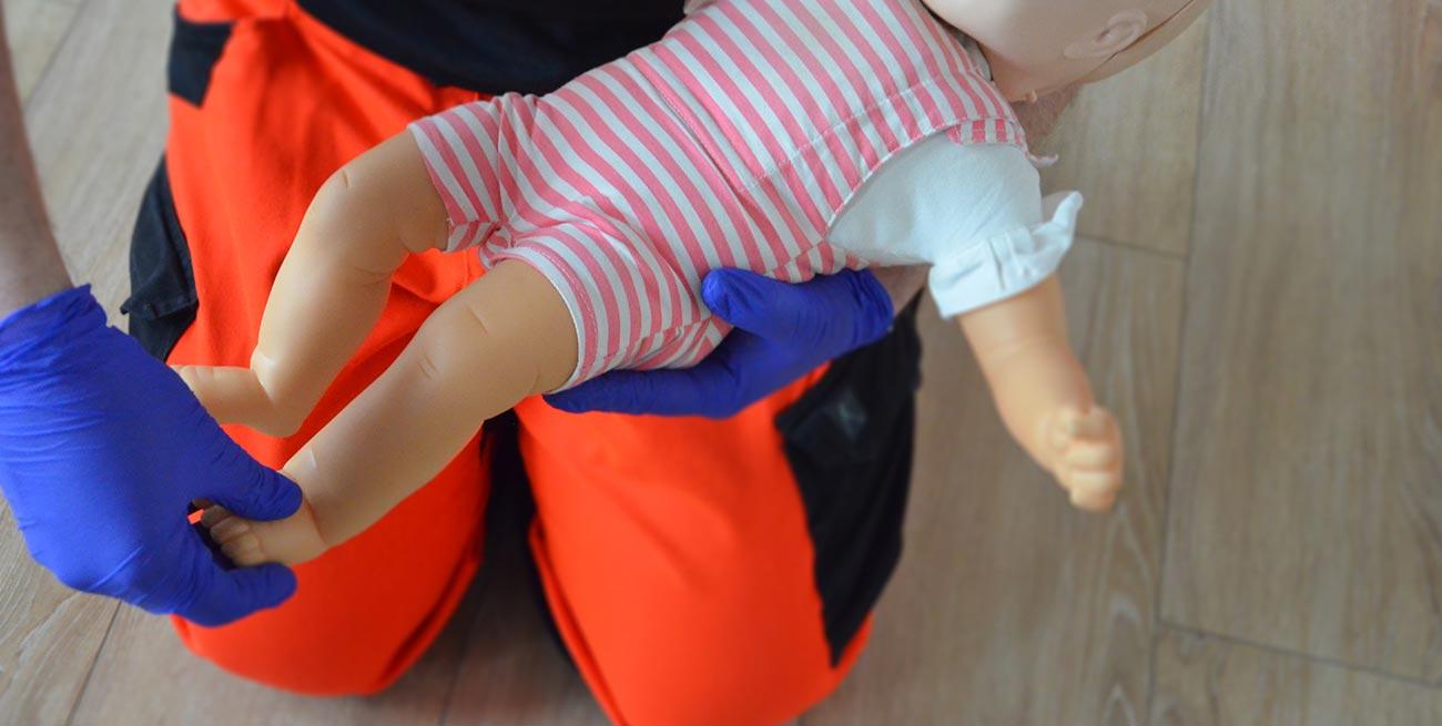 Ocena przytomności świadomości niemowlaka RKO dzieci resuscytacja dziecko pierwsza pomoc dziecko pomoc pediatryczna resuscytacja krążeniowo oddechowa kurs pierwszej pomocy dzieci Wrocław szkolenie z pierwszej pomocy dla rodziców