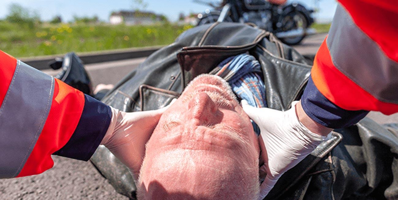 Ręczna stabilizacja głowy i kręgosłupa, uraz głowy pierwsza pomoc, szkolenie z pierwszej pomocy Wrocław kurs pierwszej pomocy dla pracowników we Wrocławiu szkolenie z pierwszej pomocy dla firm